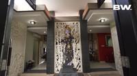 <p>Pemilik Toko Krisna Oleh-Oleh, Gusti Ngurah Anom merupakan salah satu tokoh pebisnis tersohor di Bali. Ia memiliki rumah mewah yang menjadi tempat tinggalnya bersama istri dan empat orang anak. (Foto: YouTube Boy William)</p>