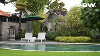 <p>Rumah Ajik Krisna dilengkapi dengan kolam renang tempat ia dan keluarganya bersantai di cuaca terik. (Foto: YouTube Boy William)</p>