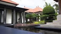 <p>Rumah Ajik Krisna mengedepankan konsep teras luas yang memberi nuansa hijau dan asri. Perpaduan kolam dan tanaman hijau bikin pemandangan halaman rumah semakin teduh ya? (Foto: YouTube Boy William)</p>