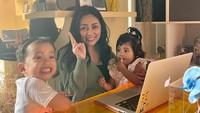 <p>Sebagai seorang pekerja yang memiliki dua orang anak, Rachel juga memiliki ruang kerja sendiri di rumah lho, Bunda. Ia jadi lebih fleksibel saat bekerja sambil menjaga sang buah hati. (Foto: Instagram: @rachelvennya)</p>