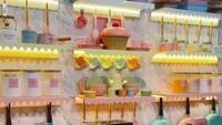 <p>Salah satu sudut dapur Tasyi yang sering dijadikan konten di YouTube-nya. Didekor dengan berbagai peralatan dapur yang berwarna-warni jadi makin cantik. (Foto: Instagram @tasyiiathasyia)</p>