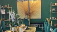 <p>Ruang makan di rumah Tasyi yang bernuansa hijau. Meski warnanya vibrant, tapi enggak meninggalkan kesan mewah ya? (Foto: Instagram @tasyiiathasyia)</p>