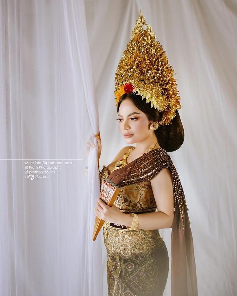 Usai Heboh Berbikini, Dinar Candy Tampil Anggun Pakai Baju Adat Bali