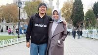 <p>Hidup sukses berlinang harta, Achmad Zaky kerap mengajak sang istri berlibur ke luar negeri. Tengok saja potret mereka ketika plesir ke negara lain. (Foto: Instagram @diajenglestari)</p>