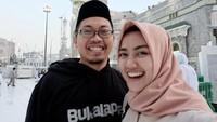 <p>Achmad Zakymerupakan salah satu pebisnis tersohor di Tanah Air. Namanya pernah masuk ke dalam jajaran orang terkaya di Indonesia. Di balik kesuksesan itu, ada istri cantik yang setia mendampingi Achmad Zaky. (Foto: Instagram @diajenglestari)</p>