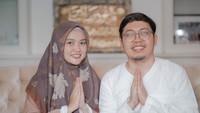 <p>Lewat Instagram, hijaber cantik itu kerap mengunggah potret kebersamaan mereka. Tampak serasi dan hidup sukses bersama, banyak orang menyebut mereka sebagai couple goals. (Foto: Instagram @diajenglestari)</p>