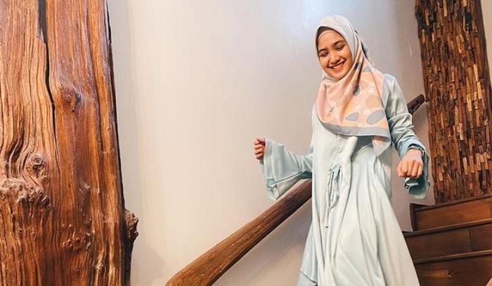 Berkat paras imut dan polosnya, orang disekitar Cut Syifa seringkali salah menebak umur gadis Aceh ini. Nyatanya, Cut Syifa kelahiran 1998 lho, Beauties!(Foto: Instagram.com/cutsyifaa)