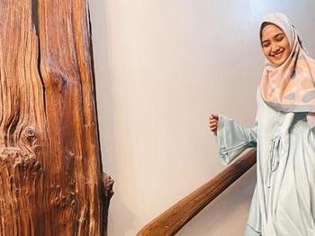 Kini mantap berhijab, aktris yang sukses beradu akting dengan si kembar Chandrawinata di sinetron Samudra Cinta ini kian pancarkan aura cantiknya.(Foto: Instagram.com/cutsyifaa)