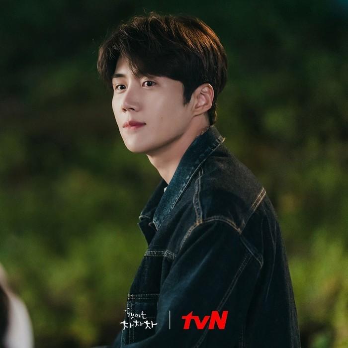 Dalam drama dengan genre komedi-romantis ini, Kim Seon Ho berperan sebagai Hong Du Shik yang tinggal di desa Gongjin. Hong Du Shik atau Tuan Hong merupakan pria pengangguran dan sederhana, namun punya banyak keahlian. Dengan jaket jeans ini, Kim Seon Ho terlihat makin mempesona ya, Beauties! (Foto: Instagram.com/tvndrama.official)