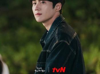 Meski tanpa setelan jas keren dan mobil mahal ala Han Ji Pyeong, Kim Seon Ho tetap terlihat mempesona dengan pakaian renang hitam dan rambut basahnya. Bikin penggemar makin nggak sabar untuk nonton, nih! (Foto: Instagram.com/tvndrama.official)