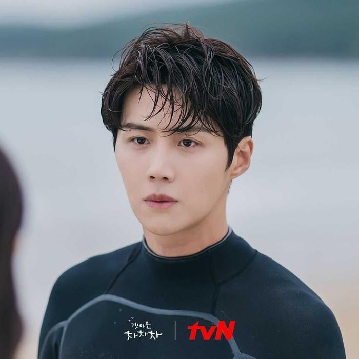 Jelang penayangan Hometown Cha Cha Cha, tvN dan agensi Salt Entertainment mulai merilis cuplikan penampilan Kim Seon Ho dalam drama tersebut. Di drama kali ini, Kim Seon Ho akan beradu akting bersama Shin Min Ah. (Foto: Instagram.com/tvndrama.official)