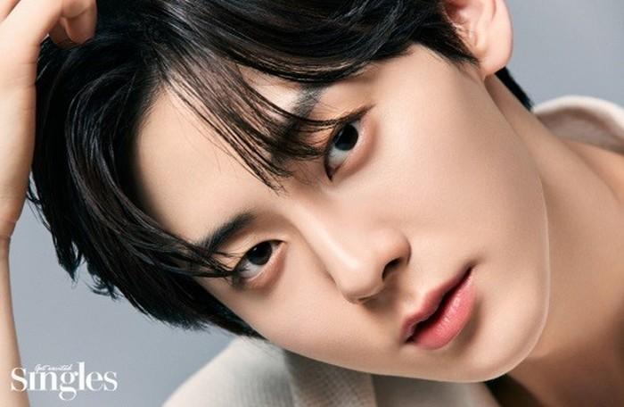 Minhyun punya kulit putih, dan citra yang lembut. Hal tersebut yang menjadi daya tariknya sehingga berbagai brand terkenal mulai dari makeup, pakaian, hingga makanan mengajaknya berkolaborasi. (Foto: instagram.com/singlesmagazine)