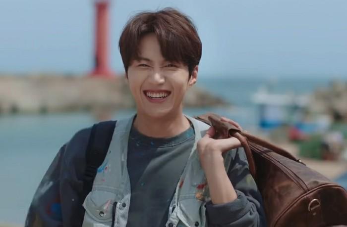 Perannya kali ini, memang berkebalikan dari Han Ji Pyeong yang kaya raya dan berkepribadian dingin. Dari berbagai foto yang dirilis, penggemar dapat melihat kesederhanaan dan senyum manis Kim Seon Ho sebagai Hong Du Shik. (Foto: Youtube.com//tvN drama)