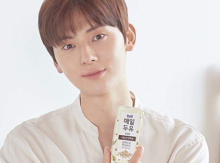 Selain produk kecantikan, ternyata Minhyun juga memikat salah satu brand susu terpopuler di Korea, Meildoyou. Bahkan produk susu ini sempat sold out dimana-mana ketika Minhyun baru terpilih jadi model. (Foto: instagram.com/meildoyou)