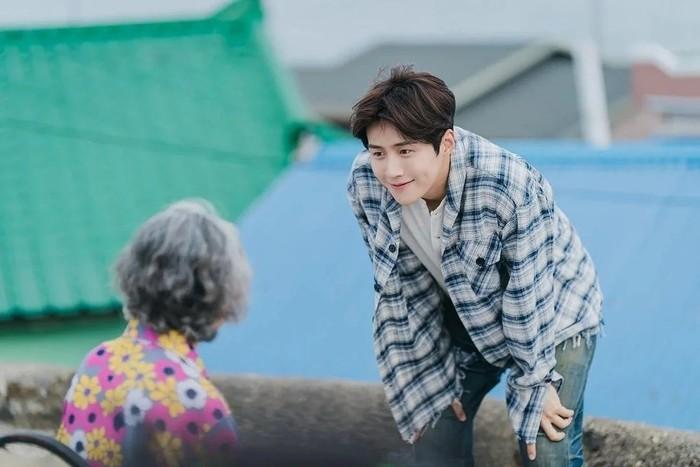 Tuan Hong juga merupakan sosok yang dekat dengan para warga desa dan selalu siap membantu mereka. Salah satu foto yang dirilis, menunjukkan Hong Du Shik sedang tersenyum tulus di hadapan seorang nenek. (Foto: Instagram.com/salt_ent)