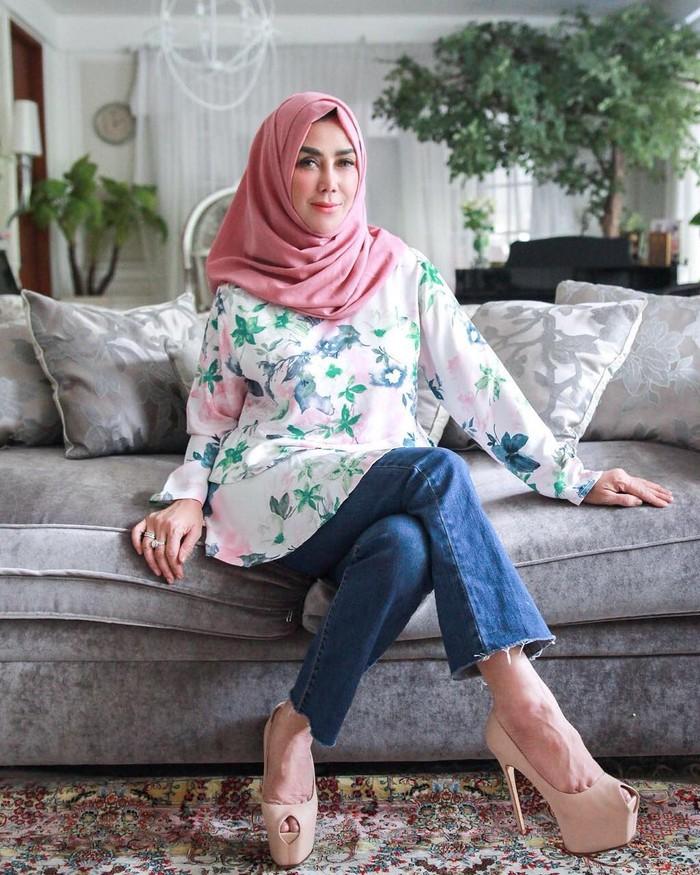 Amy Qanita adalah ibunda Raffi Ahmad yang kini jadi orang tua tunggal Raffi dan kedua adiknya. Suaminya, Munawar Ahmad telah berpulang pada 11 Juli 2006, saat Raffi masih berusia 16 tahun. (Foto keluarga artis Raffi Ahmad/instagram.com/amy_r_qanita)