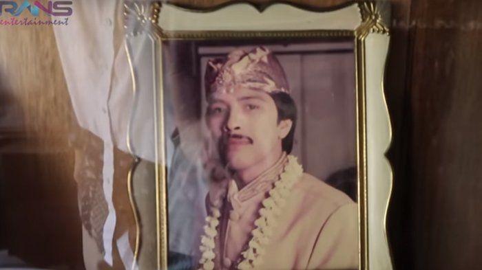 Ayah Raffi, Munawar Ahmad merupakan keturunan orang Pakistan. Kakek Raffi Ahmad bernama Malik Aziz Ahmad Khan merupakan orang Pakistan. Kakek Raffi menikah dengan orang Cianjur (nenek Raffi Ahmad). (Foto keluarga artis/Youtube.com/Rans Entertainment)