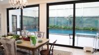 <p>Tak hanya itu, dari ruang makan tanpa sekat dapur juga bisa langsung lihat ke kolam renang, lho.(Foto: YouTube: Oz Production)</p>