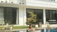 <p>Rumah Olivia Zalianty dibangun dua lantai, berikut tampilan dari sisi kolam renang di belakang rumahnya. (Foto: YouTube: Oz Production)</p>