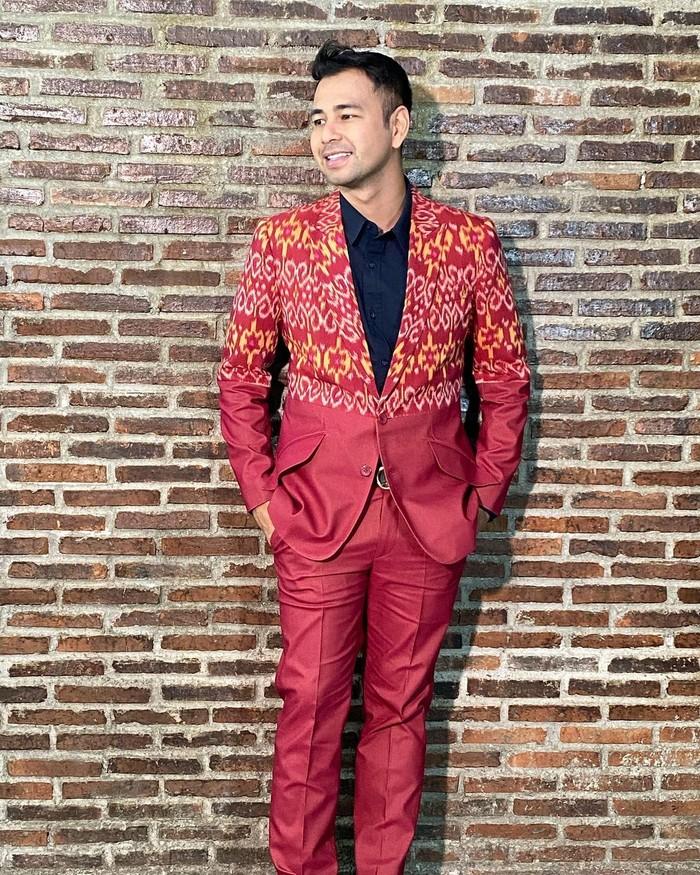 Raffi Ahmad merupakan seorang pembawa acara, aktor, produser, pengusaha dan juga penyanyi. Setelah menikah, rumah tangga Raffi Ahmad dan Nagita Slavina semakin bahagia karena dukungan keluarga besar mereka. (Foto Raffi Ahmad/instagram.com/merryraffiahmad)