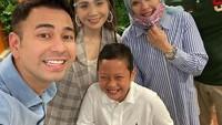 <p>Sulaiman terlihat sebagai anak yang aktif dan banyak tertawa, Bunda. Ia juga tampak mudah akrab saat bertemu orang baru, seperti potret bersama Raffi Ahmad dan Nagita Slavina beirkut. (Foto: Instagram @nurasiauno)</p>