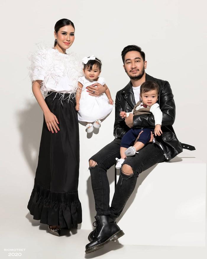 Syahnaz Sadiqah adalah adik Raffi Ahmad yang lahir pada 30 Oktober 1993. Ia menikah dengan Ritchie Ismail dan kini sudah dikaruniai 2 anak kembar yakni Zayn dan Zunaira. (Foto keluarga artis Raffi Ahmad/instagram.com/riomotret)