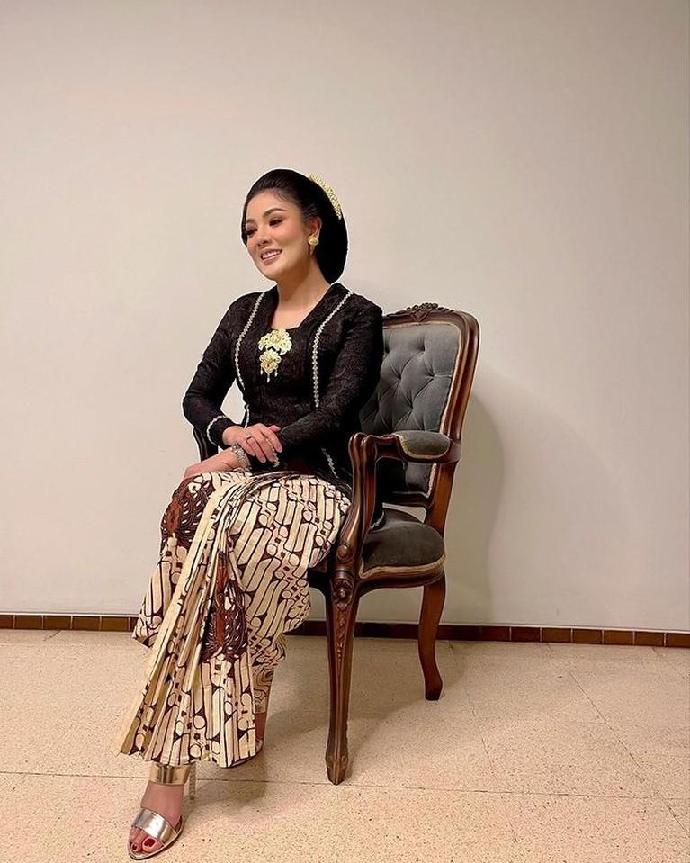 Nindy Ayunda melakukan pemotretan menggunakan busana kebaya ia tampil cantik dan anggun. Yuk kita lihat!