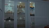 <p>Seperti bagian lemari kaca putih berikut ini. Tadinya, ruangan serba putih ini adalah dapur, Bunda. (Foto: YouTube Desy Ratnasari)</p>