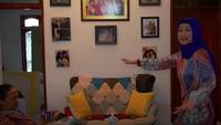 <p>Bagian ruang tengah yang dihias dengan sofa cantik itu tadinya ditempati oleh meja pingpong. (Foto: YouTube Desy Ratnasari)</p>