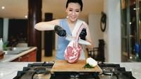 <p>Wanita berusia 43 tahun itu terlihat semakin <em>glowing,</em> Bunda. Saat ini Veronica Tan tampak semangat menjalankan bisnis bahan pangan. (Foto: Instagram @veronicatan_official)</p>