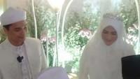 <p>Pernikahan digelar secara tertutup dan hanya dihadiri oleh keluarga inti di rumah Henny di kawasan Leuwiliang. (Foto: Istimewa)</p>