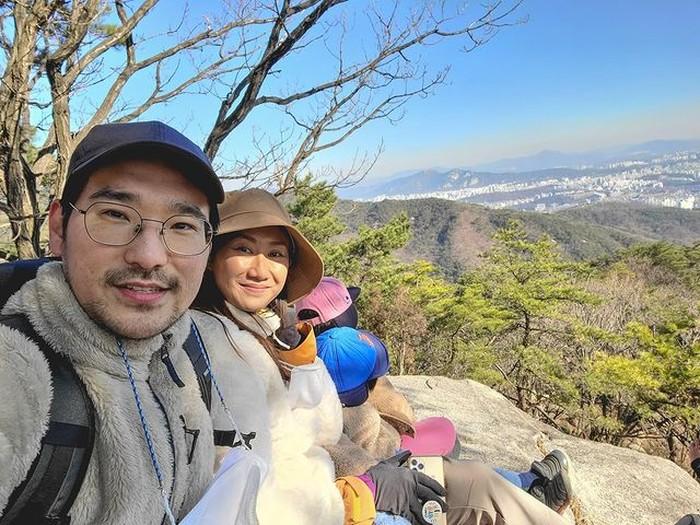 Kali ini keluarga Kimbab Family mengajak anak-anak mereka yaitu Suji, Yunji, dan Jio untuk mendaki gunung dan menikmati keindahan pemandangannya. Menonton vlog mereka memang mengobati keinginan untuk traveling ke Korea ya. Beauties!/Foto: Istagram.com/kimbabfamily_official