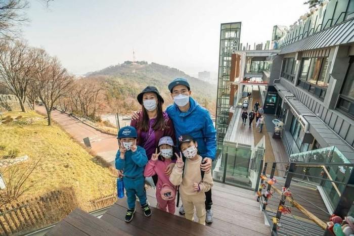 Kali ini potret liburan mereka ketika di Namsan Tower. Mereka mengatakan tidak lengkap jika berlibur ke Korea tanpa mengunjungi Namsan Tower ini. Di sana, mereka juga meletakkan gembok cinta yang terkenal sebagai favorit para turis, lho!/Foto: Instagram.com/kimbabfamily_official