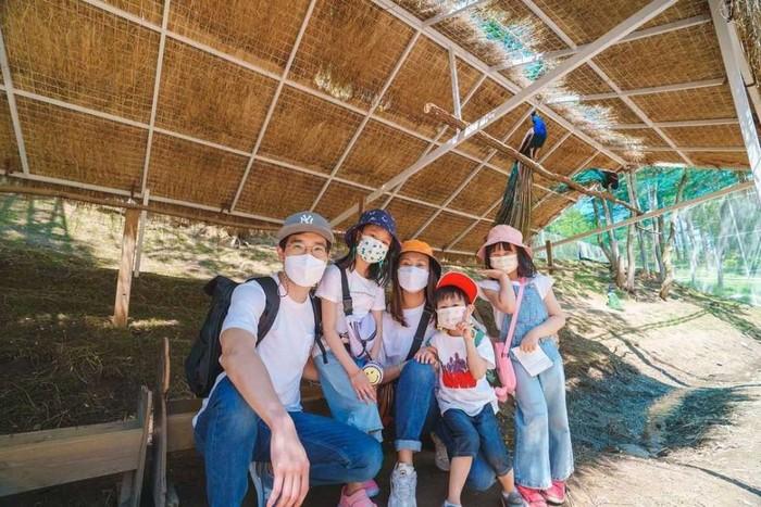 Kimbab Family juga mengajak anak-anak mereka ke kebun binatang di Korea untuk melihat alpaca dan hewan lainnya. Mama Gina yang berasal dari Indonesia juga mengatakan, tempatnya memiliki suasana seperti di Bandung/Foto: Instagram.com/kimbabfamily_official