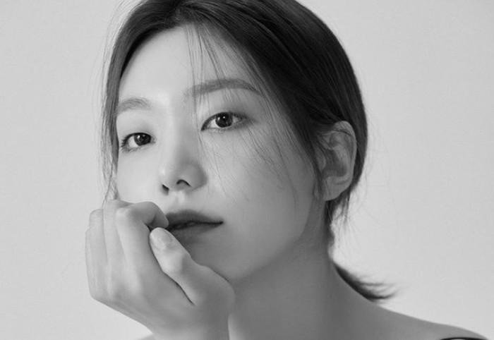 Lee Ho Jung mulai terjun ke dunia akting pada tahun 2016. Ia debut dalam drama berjudul White Nights, sebagai Son Ma Ri. (Foto: instagram.com/holly608)