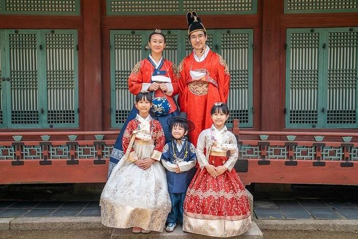 Memiliki seorang Ayah yang berasal dari Korea, mereka selalu mengenalkan kebudayaan Korea. Salah satunya mengabadikan momen dengan pakaian khas Korea Selatanhanbok seperti yang terlihat pada foto. Menggemaskan, ya!/Foto: Instagram.com/kimbabfamily_official