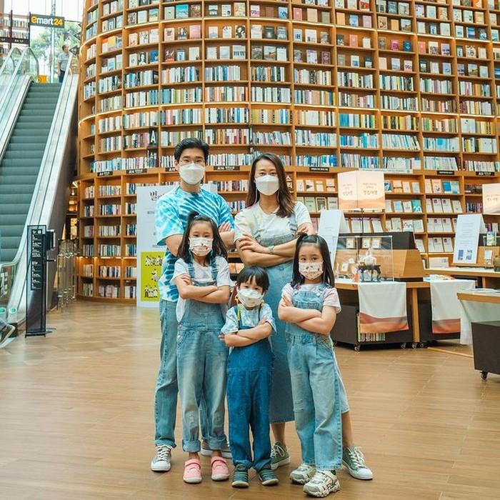 Mereka selalu menampilkan outfit yang kompak, seperti saat mengunjungi mall yang memiliki perpustakaan besar di dalamnya. Tempat ini juga sering dijadikan lokasi syuting drama Korea, lho!/Foto: Instagram.com/kimbabfamily_official