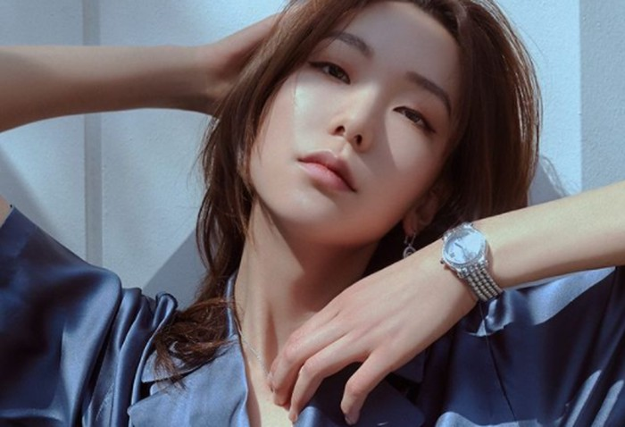 Saat ini, Lee Ho Jung berada di bawah naungan agensi YG Stage. Ia memiliki kemampuan modelling yang baik. Wajahnya sering muncul dalam majalah populer seperti Elle Korea, dan Vogue Korea.(Foto: instagram.com/holly608)