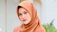 <p>Sebelum bercerai, pada bulan Februari, penggemarnya terkejut ketika Henny Rahman sempat memutuskan untuk lepas hijab karena mengaku punya masalah yang berat. (Foto: Instagram @hennyyrahman)</p>