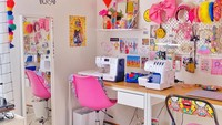 <p>Ruang kerja Diana Rikasari, dilengkapi <em>pegboard</em> untuk menggantung berbagai aksesoris dan meja kerja yang panjang. Tak lupa ada mesin jahit dan kursi khusus menjahit di sana. (Foto: Instagram @dianarikasari)</p>