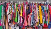 <p>Koleksi pakaian Diana Rikasari di ruang <em>wardrobe</em>-nya. Sejak aktif nge-blog soal <em>fashion</em>, gaya berpakaian Diana Rikasari yang unik tidak pernah berubah dan selalu menjadi khasnya. (Foto: Instagram @dianarikasari)</p>