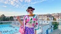 <p>Bunda tahu Diana Rikasari? Ia adalah <em>fashion blogger</em> dan desainer Indonesia yang dikenal dengan desain dan gayanya yang berwarna-warni. Kini Diana tinggal di Swiss bersama kedua anaknya dan suami. (Foto: Instagram @dianarikasari)</p>