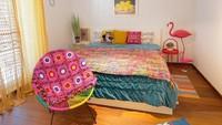 <p>Kombinasi perabotan yang warna-warni dengan tembok putih dan lantai parket yang monoton di kamar Diana Rikasari benar-benar <em>matching</em> ya, Bunda? (Foto: Instagram @dianarikasari)</p>