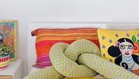 <p>Diana Rikasari tak hanya hobi <em>mix and match</em> pakaiannya yang berwarna. Ia juga mendaur ulang dekorasi rumahnya, <em>lho</em>. Contohnya bantal yang bentuknya seperti simpul ini. (Foto: Instagram @dianarikasari)</p>