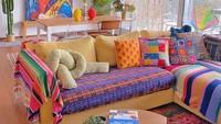 <p>Selain di Tanah Air, rumahnya di Swiss juga tak kalah mencuri perhatian, <em>lh</em>o. Bagian ruang tamunya memiliki nuansa yang vibrant. Dari sofa kuning, bantal bercorak, karpet, hingga hiasan macrame begitu berwarna. (Foto: Instagram @dianarikasari)</p>