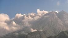 Lava Pijar Merapi Meluncur 9 Kali hingga Jarak 1,8 Km