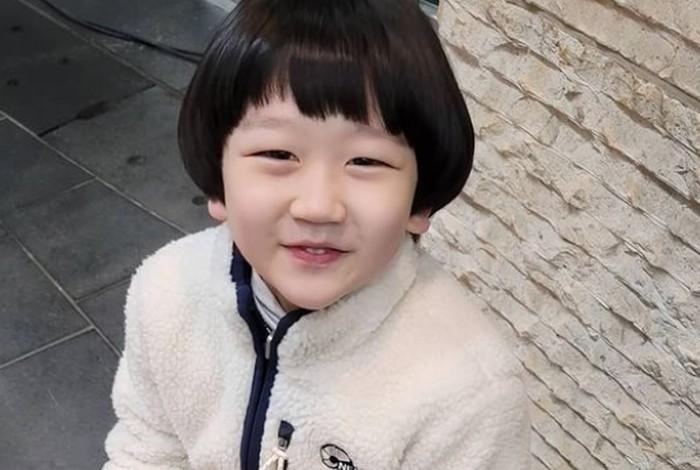 Kalau bocah cilik yang langganan jadi trouble maker dalam drama, Jung Si Yul ahlinya. Bocah yang identik dengan potongan rambut mangkok ini dikenal punya kepribadian ceria yang membuat penonton gemas oleh tingkahnya./Foto: instagram.com/yul_pley