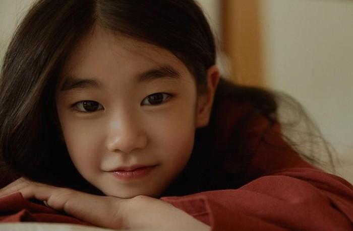 Park So Yi menyita perhatian penonton berkat kemunculannya dalam drama Netflix populer Law School. Gadis cilik ini juga dinilai memiliki kemiripan wajah dengan aktris cantik Seo Ye Ji./Foto: instagram.com/soi_hami