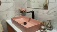 <p>Kamar mandi di rumah baru dipersiapkan khusus oleh Syahnaz. Ia bahkan memilih warna kesukaannya yaitu pink untuk wastafel. (Foto: YouTube Jeje & Nanas Channel)</p>