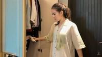 <p>Syahnaz tidak lupa merapikan baju-bajunya ke dalam lemari baru. Ia memulai proses pindahan ke rumah baru sejak beberapa hari yang lalu. (Foto: YouTube Jeje & Nanas Channel)</p>